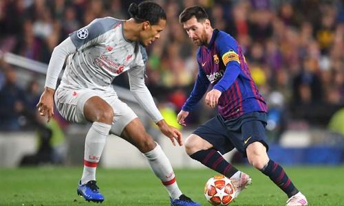 Messi (phải) tỏa sáng rực rỡ ở lượt đi với cú đúp cách nhau bảy phút. Ảnh: Reuters.