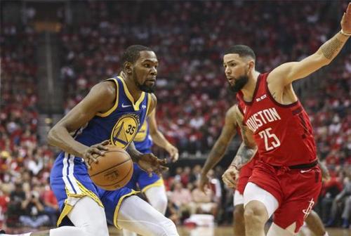 Kevin Durant(cầm bóng) ghi 34 điểm nhưng không thể giúp Warriors ra về với chiến thắng. Ảnh: Reuters.