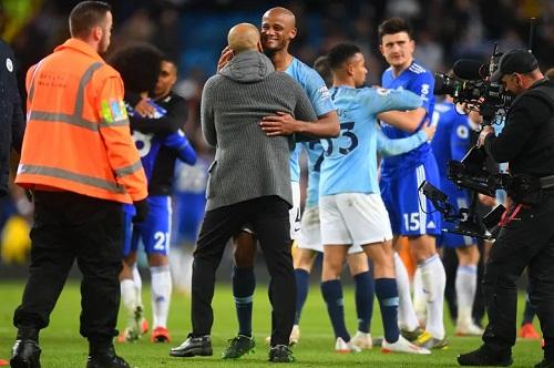 Guardiola và từng thành viên của Man City đến ôm Kompany để chúc mừng anh về bàn thắng. Ảnh: Man City FC.