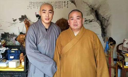 Nhất Hổ (trái) bên cạnh phương trượng Thiếu Lâm, Thích Vĩnh Tín.