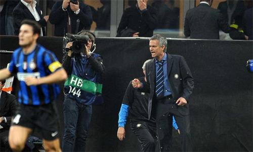 Mourinho giúp Inter qua mặt Barca. Ảnh: Reuters
