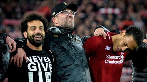 Klopp (giữa) mừng chiến thắng đầy phấn khích.