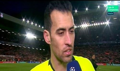Busquets rơi nước mắt khi xin lỗi CĐV sau trận thua Liverpool. Ảnh chụp màn hình.