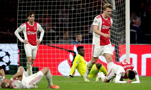 Cầu thủ Ajax sụp đổ sau bàn thua thứ ba ở trận bán kết lượt về.