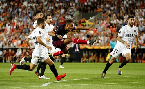 Aubameyang dứt điểm thành bàn trong vòng vây cầu thủ Valencia. Ảnh:Reuters.