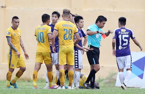 Đình Trọng nhận thẻ đỏ đầu tiên sau 5 năm chơi ở V-League.