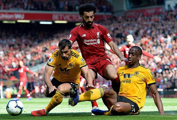 Salah (áo đỏ) chia sẻ danh hiệu vua phá lưới cùng đồng đội Mane và Aubameyang. Ảnh: Reuters.