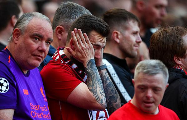 Nỗi buồn của CĐV Liverpool. Ảnh: AP.