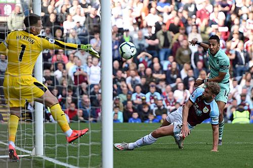 Aubameyang (xanh) kết thúc mùa giải với 22 bàn ở Ngoại hạng Anh - chia sẻ ngôi Vua phá lưới cùng Mane và Salah của Liverpool.