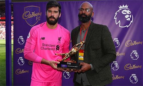 Alisson nhận Găng Tay Vàng - phần thưởng cho thủ môn hay nhất Ngoại hạng Anh mùa này.
