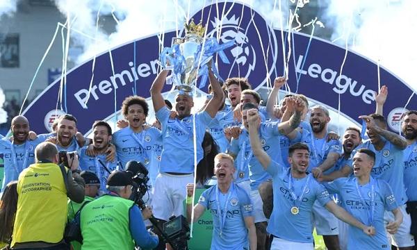 Kompany một lần nữa nâng cao Cup vô địch Ngoại hạng Anh cùng Man City. Ảnh: AFP.