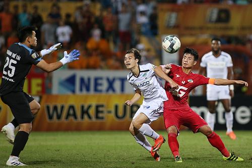 Văn Toàn khoét cánh Tiến Dũng, in dấu giày trong 2 bàn thắng khi HAGL hạ Viettel 3-0. Ảnh: Lâm Thỏa