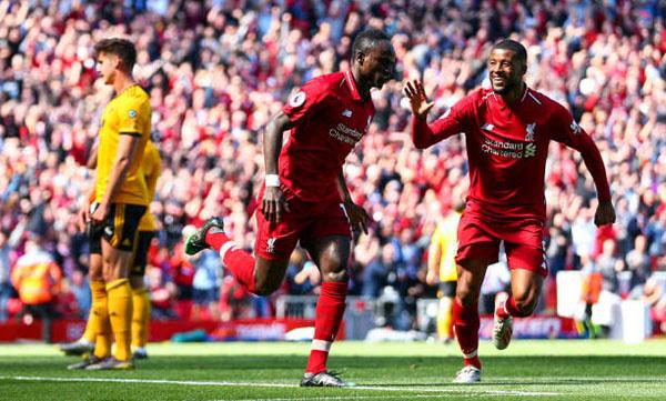 Mane (giữa) lập cú đúp giúp Liverpool thắng Wolves 2-0. Ảnh: EPA.