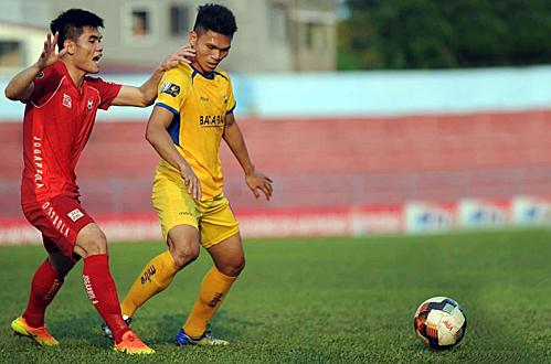 Phạm Xuân Mạnh (áo vàng) trở lại sau thời gian dài chấn thương, anh chơi năng nổ nhưng thiếu may mắn để có bàn thắng. Ảnh: VPF.