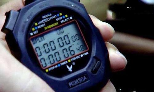 Đồng hồ bấm giờ của trọng tài mới trôi qua được hơn 6 giây.