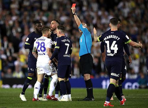 Leeds chơi thiếu người trong hơn 10 phút cuối, khi Berardi (áo trắng) nhận thẻ đỏ. Ảnh: PA.