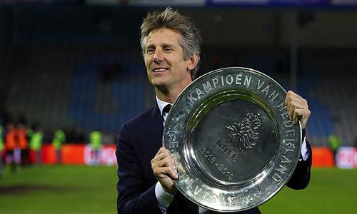 Van Der Sar mừng chức vô địch Hà Lan đầu tiên trên cương vị giám đốc điều hành Ajax. Ảnh: Reuters.