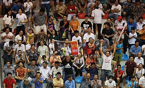 Khán giả tại nhà thi đấu Rạch Giá - Kiên Giang phấn khích trước cuộc ngược dòng của Long An. Ảnh: Đức Đồng.