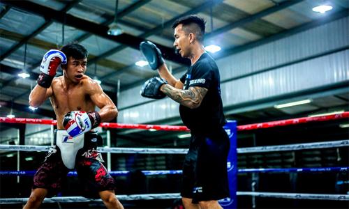 Trần Văn Thảo (trái) là võ sĩ quyền anh chuyên nghiệp hiếm hoi của Việt Nam. Ảnh:NVCC.