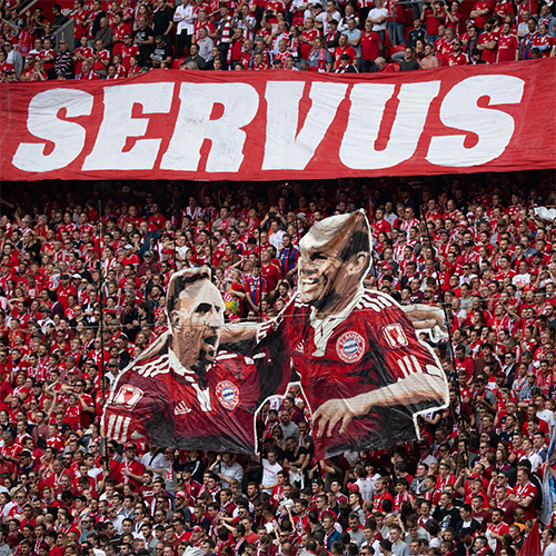 CĐV Bayern tri ân Ribery và Robben, hai công thần tận hiến cho đội bóng hơn 10 năm qua.
