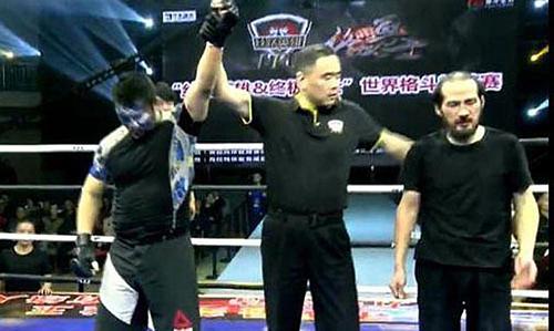 Lã Cương (phải) thất bại thảm hại trong trận đấu với Từ Hiểu Đông ở đại hội võ thuật Tân Cương cuối tuần qua.