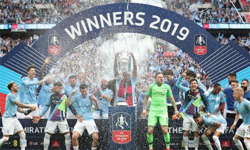 Man City đăng quang FA Cup, một trong ba danh hiệu của họ trong mùa giải 2018-2019, sau trận thắng hủy diệt Watford với tỷ số 6-0. Ảnh: Reuters