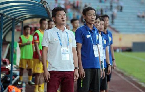 HLV Nguyễn Văn Sỹ (trái) đổi vị trí cho người anh trai (phải).