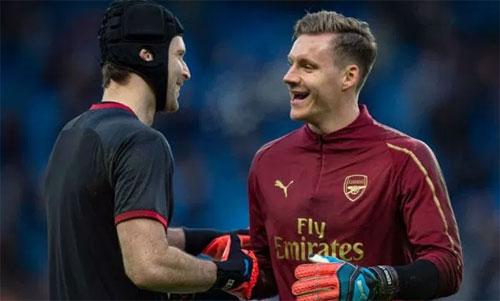 Cech và Arsenal đang rơi vào tình trạng khó xử. Ảnh: Reuters