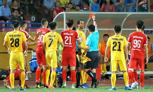 Ngoại binh Jermie (đứng gần trọng tài) nhận thẻ đỏ, chỉ năm phút sau khi thủ môn Thế Tài bị đuổi.
