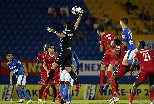 Tình huống phạt góc của Quảng Ninh, không cầu thủ nào tranh chấp nhưng Tấn Trường lại bật cao vồ bóng về phía khung thành đội nhà...