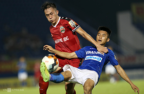 Cầu thủ Quảng Ninh (áo xanh) dễ dàng kiểm soát bóng trước lối chơi rời rạc và thiếu sức của Bình Dương. Ảnh: Đức Đồng.