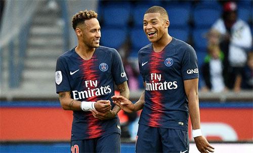 Neymar (trái) chưa trở thành một cầu thủ lớn có thể gánh vác đội bóng. Ảnh: Reuters