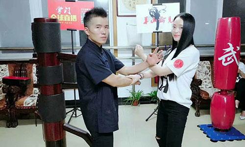 Dư Xương Hoa (trái) trong võ đường của ông tại Giang Tây. Ảnh: Sohu.