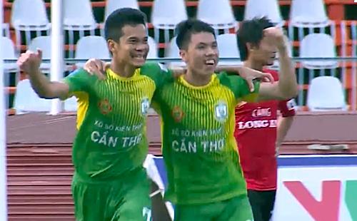 Văn Quân (trái) mừng bàn thắng trong ngày trở lại sau bảy trận treo giò. Ảnh: Chụp màn hình.
