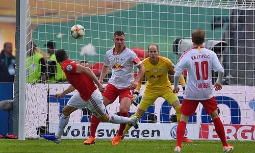 Lewandowski đánh đầu mở tỷ số trận đấu. Ảnh: Reuters.