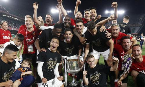 Valencia mừng chiến thắng sau 11 năm chờ đợi.