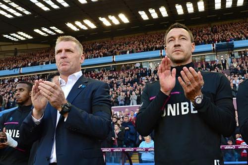 Terry (phải) chứng tỏ phẩm chất thủ lĩnh khi giúp HLV Dean Smith bình ổn phòng thay đồ, đưa Aston Villa từ nhóm cuối bảng tới vòng play-off. Ảnh:Reuters.