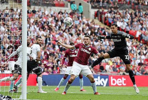 McGinn đánh đầu đưa Aston Villa dẫn trước hai bàn sau sai lầm của thủ môn Roos. Ảnh:DM.