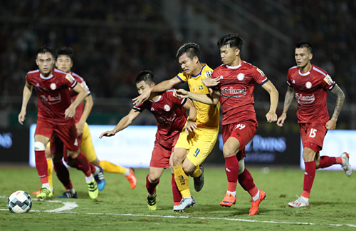 TP HCM (áo đỏ)đang thăng hoa ở V-League, nhưng không có thành viên nào của họ được thầy Park triệu tập ở đợt tập trung chuẩn bị dự Kings Cup. Ảnh: Đức Đồng.