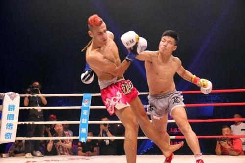 Hàn Phi Long (phải) áp đảo đối thủ ngay từ đầu.