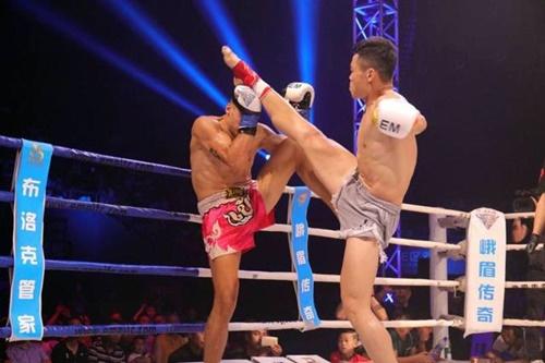 Những đòn chân của Hàn Phi Long (phải) rất lợi hại.