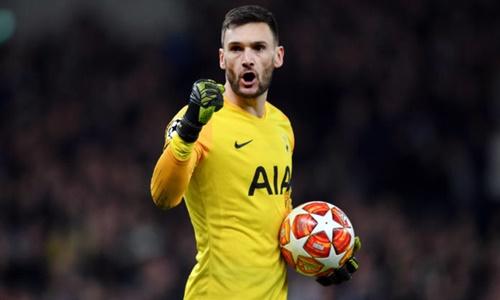 Lloris giữ băng đội trưởng Tottenham từ hè 2015. Ảnh: Reuters.