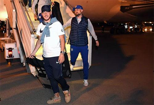 Hazard (trái) cùng đồng đội Giroud bước xuống sân bay ở Baku. Ảnh: PA.