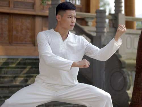 Hàn Phi Long có thể hình tốt và phản xạ cực kỳ nhanh nhẹn.