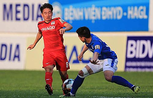 Những cầu thủ ít đá chính ở các lần tập trung trước nhưMinh Vương (áo đỏ trong ảnh) sẽ được trao cơ hội tại Kings Cup. Ảnh: Hùng Linh.