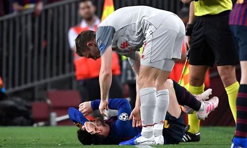 Milner (phải) được giao kèm Messi ở trận lượt đi tại Nou Camp. Ảnh: Reuters.