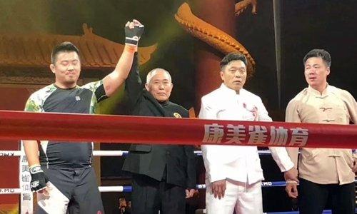 Đinh Hạo (áo vàng) trong trận thua Từ Hiểu Đông năm ngoái.
