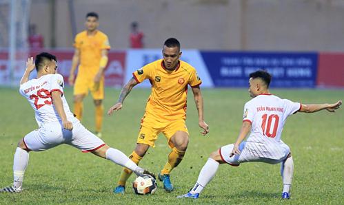 Nam Định (trắng) vẫn chưa thể chiến thắng trên sân khách mùa này.