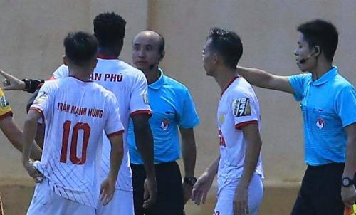 Trọng tài Ngô Quốc Hưng gây nhiều tranh cãi trong trận đấu giữa Thanh Hoá và Nam Định chiều 30/5.