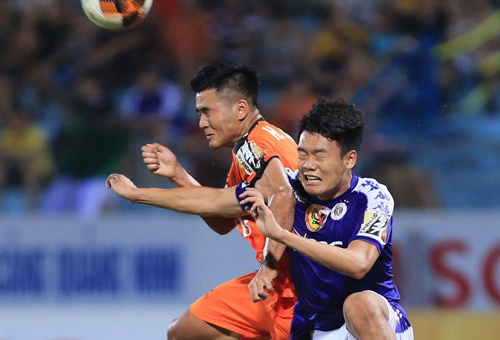 Thành Chung (áo xanh) là trung vệ rất có duyên ghi bàn.